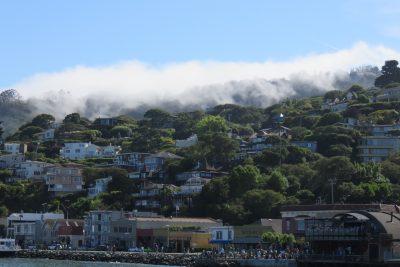 Wolken rollen over de stad