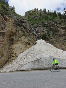 Wielrenner voor een metershoge Glacier